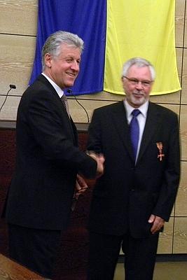 Michael Treimer erhält von Landrat Dr. Armin Brux das Bundesverdienstkreuz
