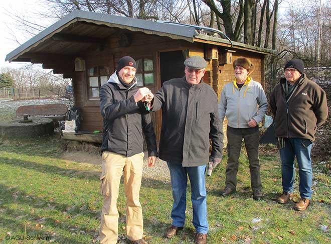 Tim Stark (AGU) übergibt die Grundstück der AGU an Winfried Hausmann (Biolog. Station).